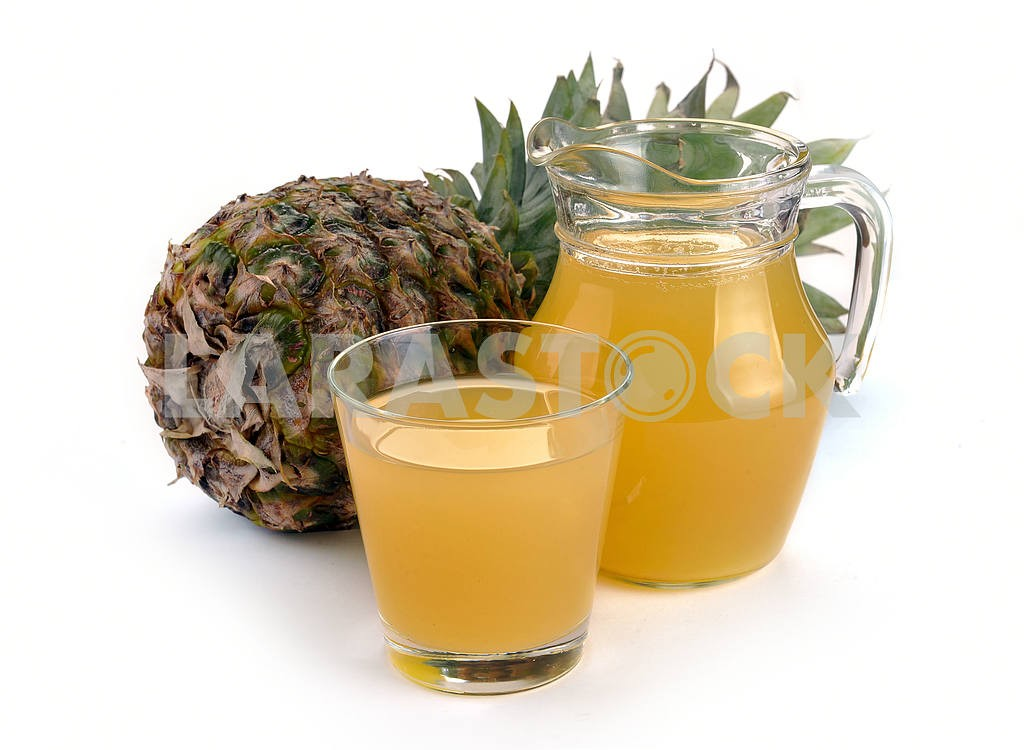 Full glass and jug of pineapple juice — Image 17379