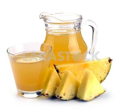 Полное стекла и кувшин ананасового сока