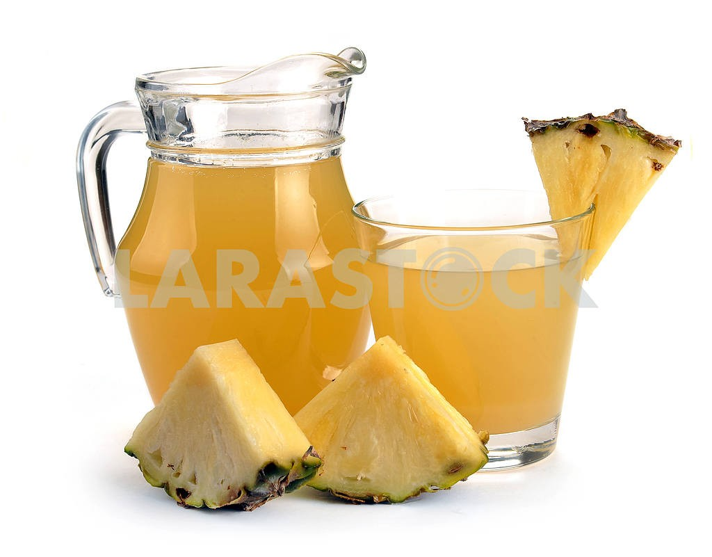 Full glass and jug of pineapple juice — Image 17383