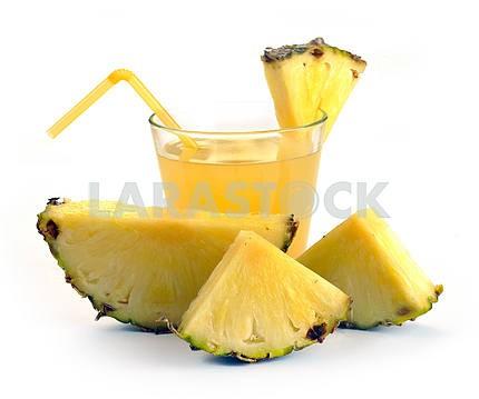 Полный стакан ананасового сока