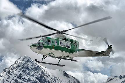Спасательный вертолет в небе