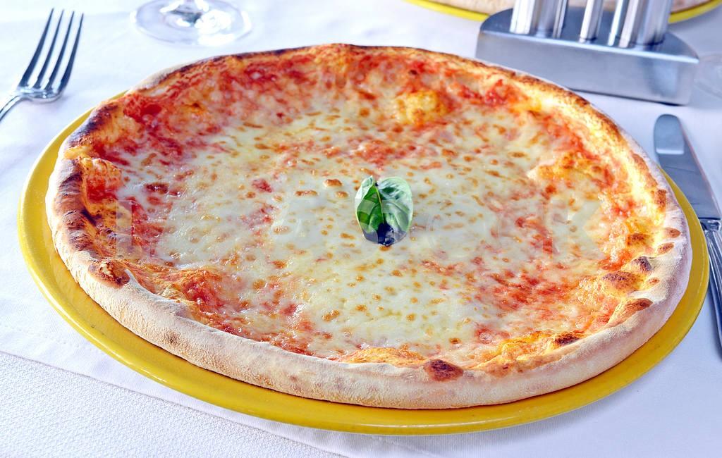 Classic margarita pizza — Image 17633