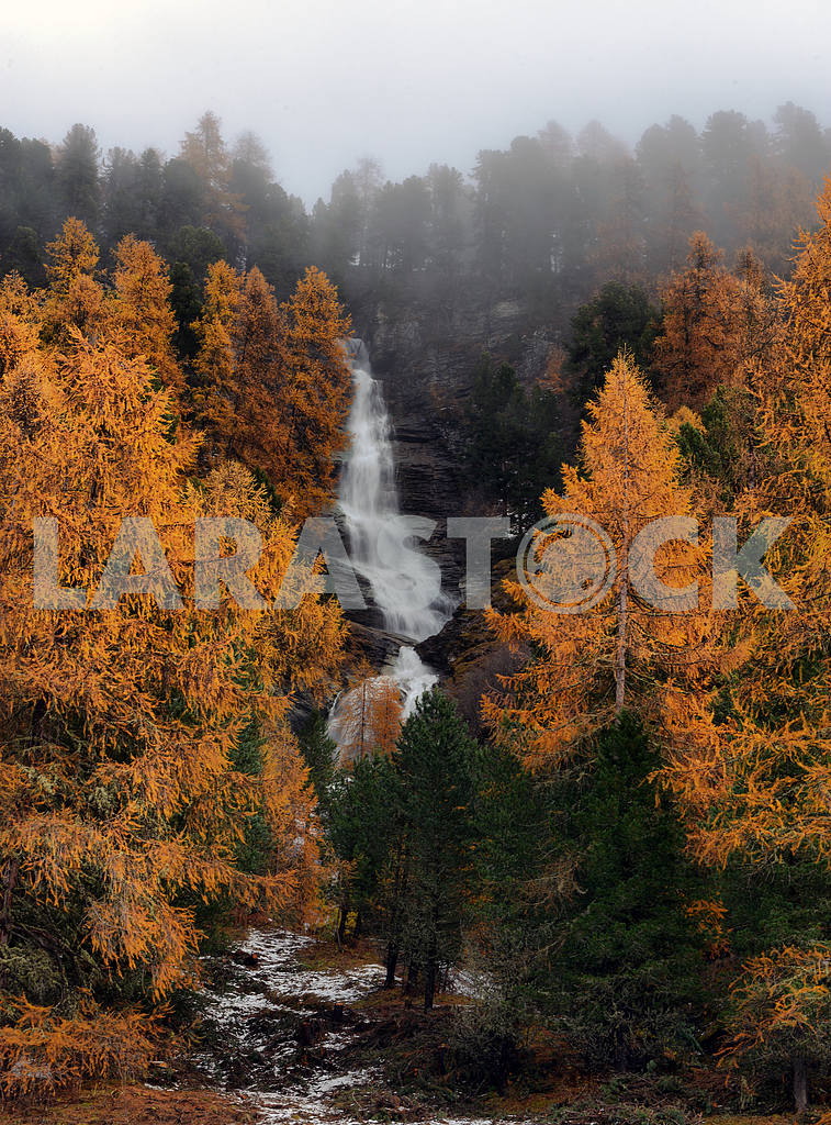 Waterfall in the autumn forest — Image 17695