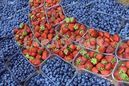 Спелые ягоды в пластиковый контейнер