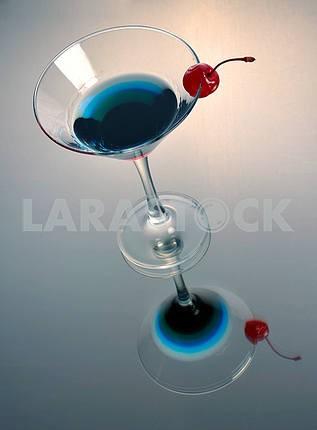 Трехцветный коктейль мартини с вишней