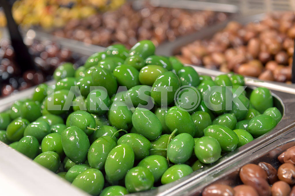 Green olives in in the store — Image 17886