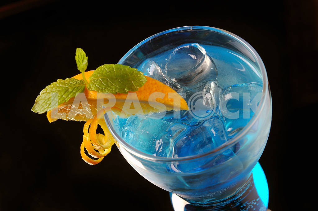 Blue cocktail with ice and orange — Image 17905