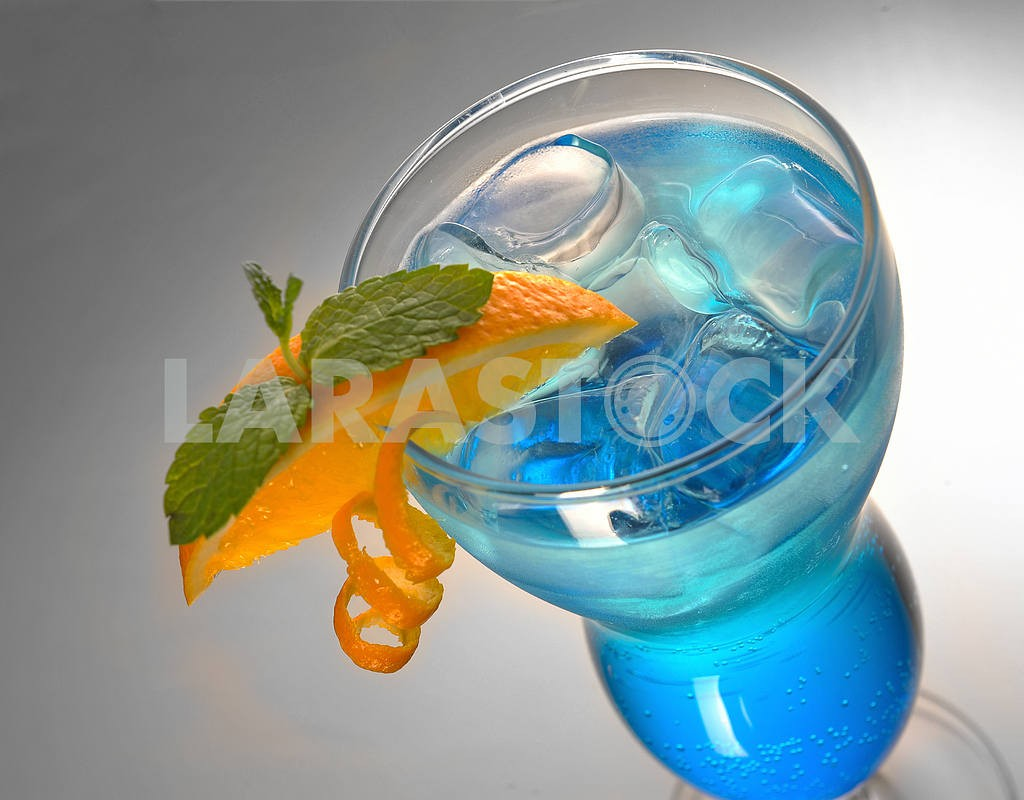 Blue cocktail with ice and orange — Image 17908