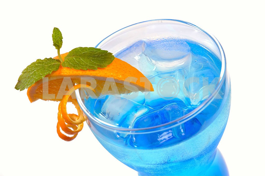 Blue cocktail with ice and lemon — Image 17912