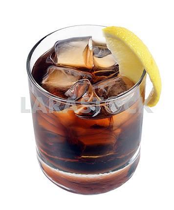 Коктейль со льдом колы виски
