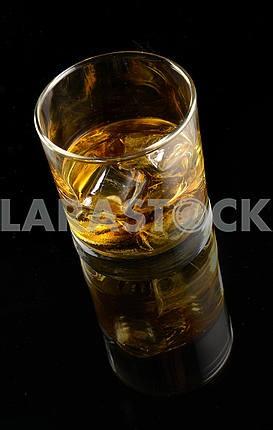 Виски со льдом в стакане