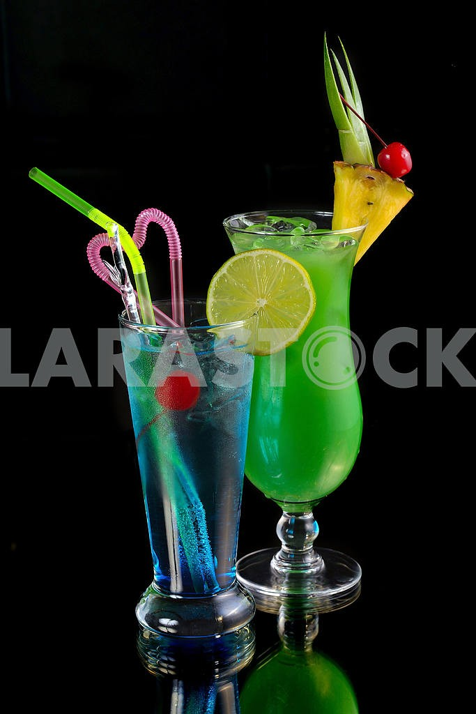 Green cocktail with pineapple and blue cocktail with ice and lim — Image 18364