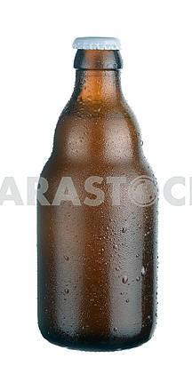 Бутылка темного пива с каплями