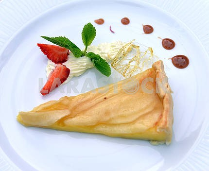Apple pie with strawberries and mint