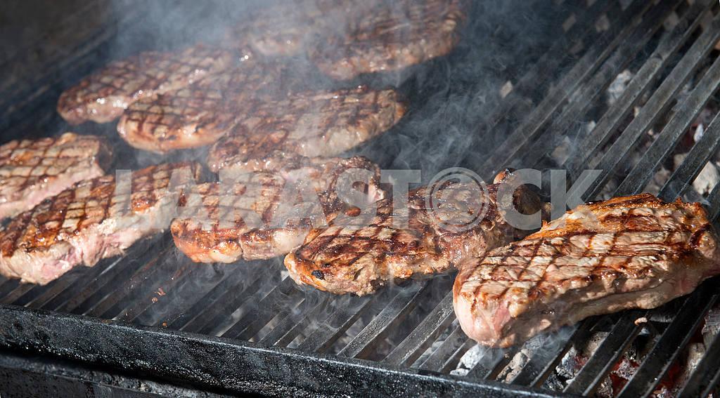 Стейк из говядины приготовления пищи на открытом гриле пламени — Изображение 19129