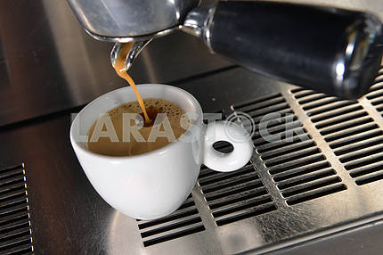 Эспрессо заливки в чашку