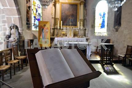Библия в соборе