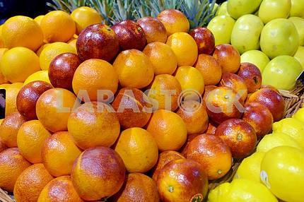 Сицилийские апельсины красные на дисплее в супермаркете