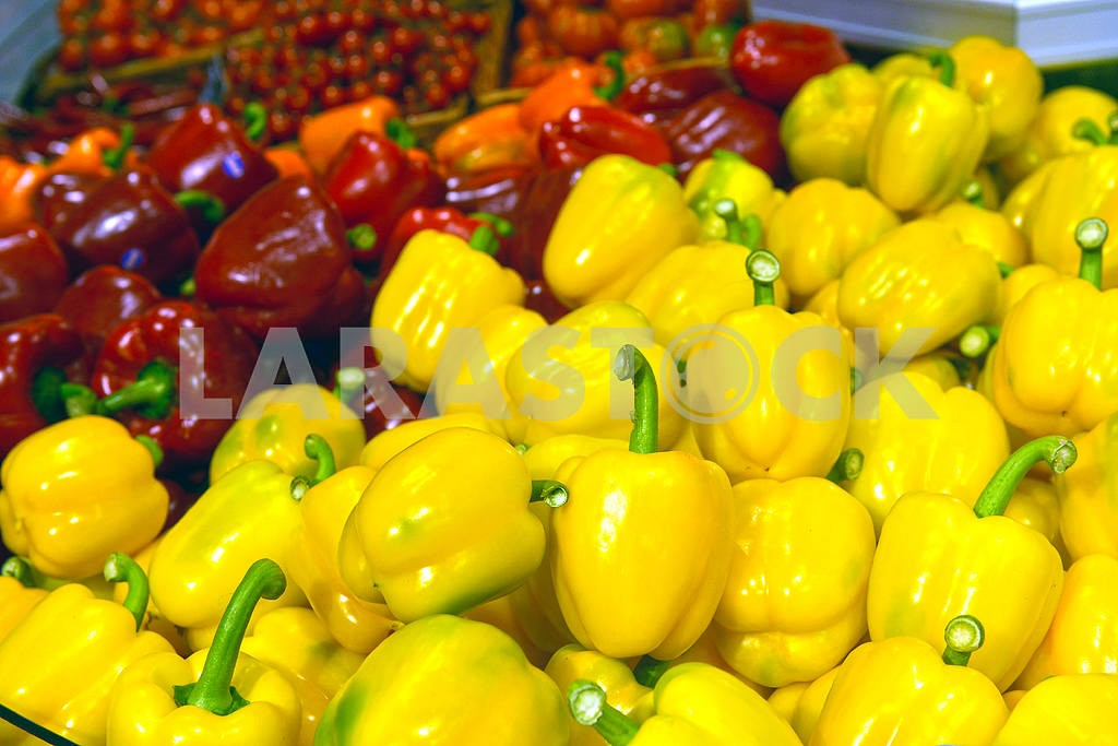 Peppers on display in a supermarket — Image 19474