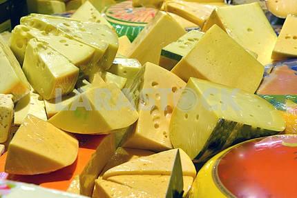 Сыр на дисплее в супермаркете