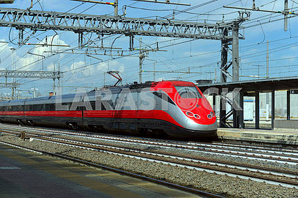 Высокоскоростной поезд на железнодорожной станции