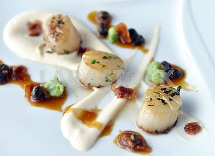 scallops with bacon and sauce