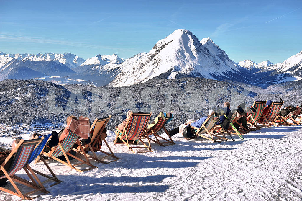 People in a chair on a background of mountains — Image 19604