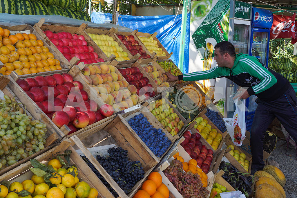 The buyer at a roadside fruit market. — Image 20065