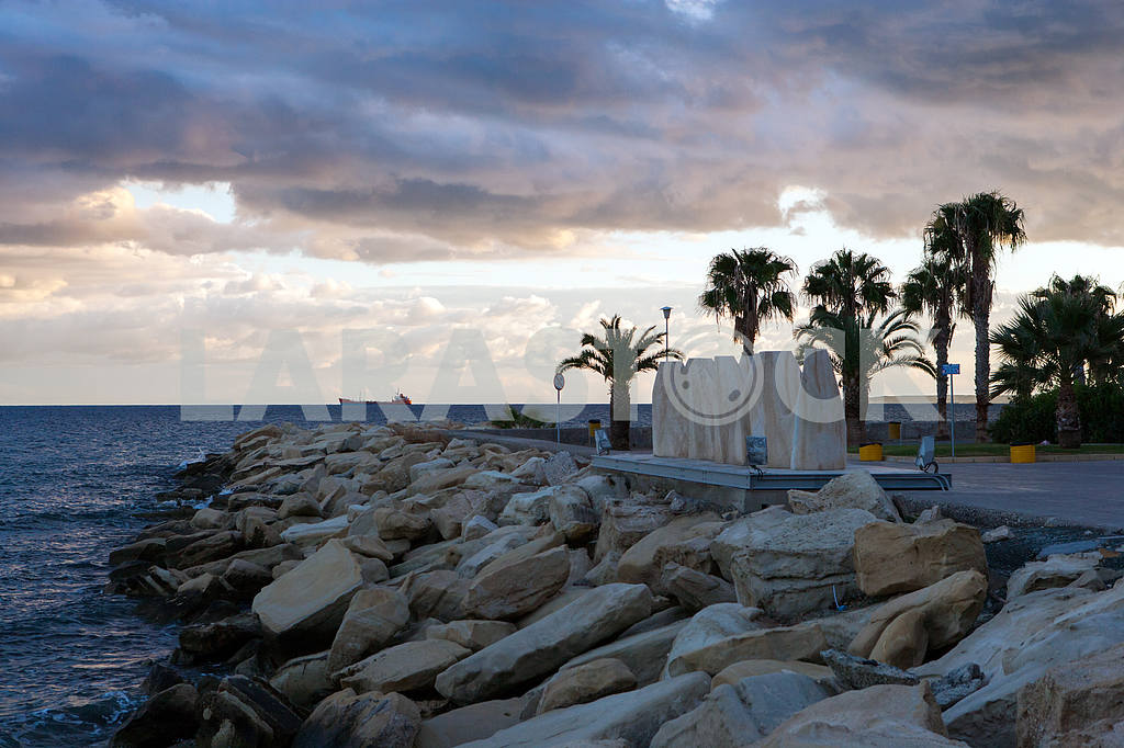 Stone monument on the shore of the Mediterranean Sea — Image 20280