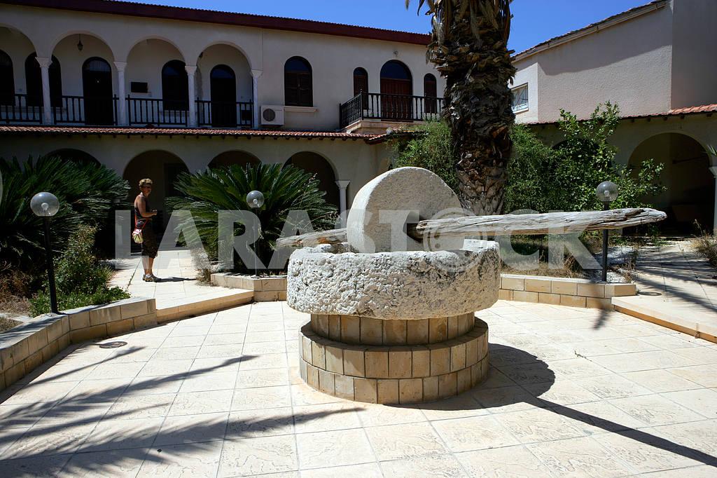 Каменная мельница во дворе на Кипре — Изображение 20324