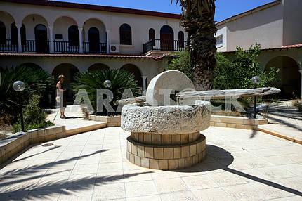 Каменная мельница во дворе на Кипре