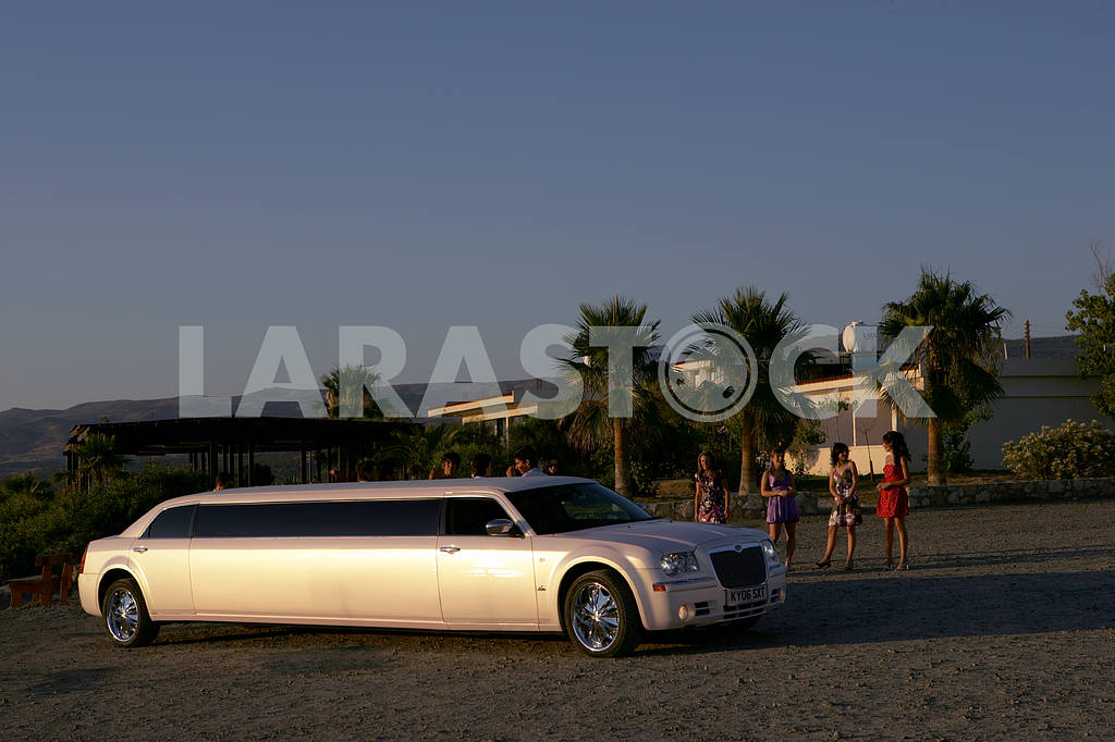 Girls near the limousine Chrysler 300 on the streets of Cyprus — Image 20341