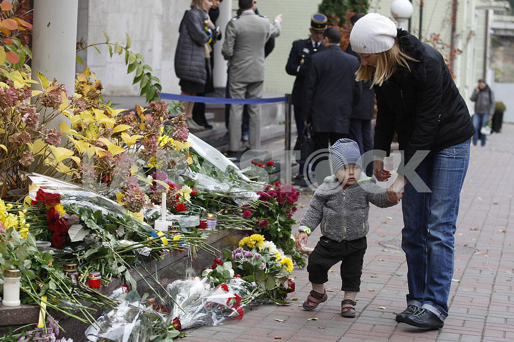 Киевляне возлагают цветы  к посольству Франции  в память о жертвах терактов в Париже — Изображение 20795