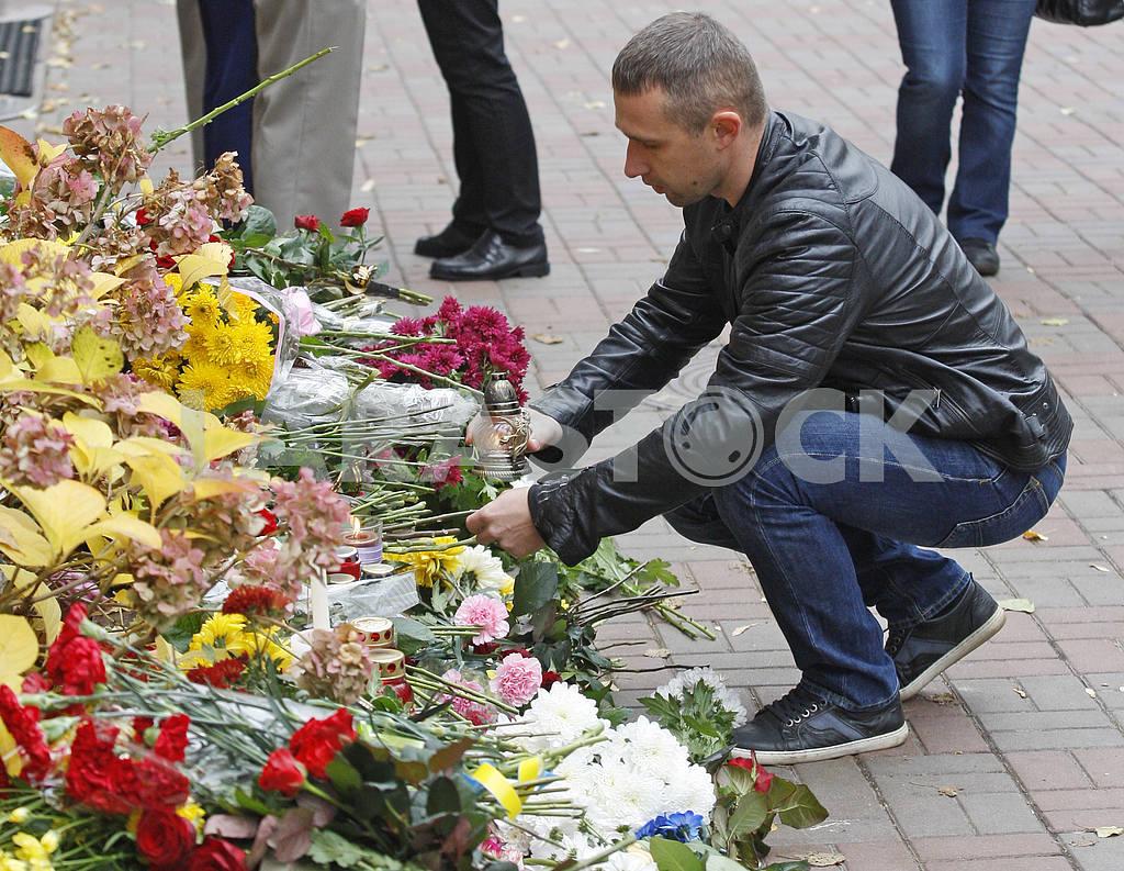 Киевляне возлагают цветы  к посольству Франции  в память о жертвах терактов в Париже — Изображение 20798
