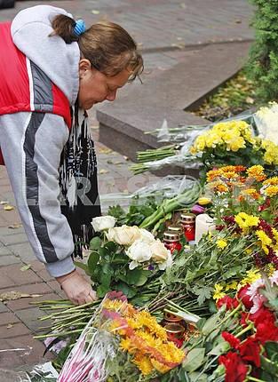 Киевляне возлагают цветы  к посольству Франции  в память о жертвах терактов в Париже