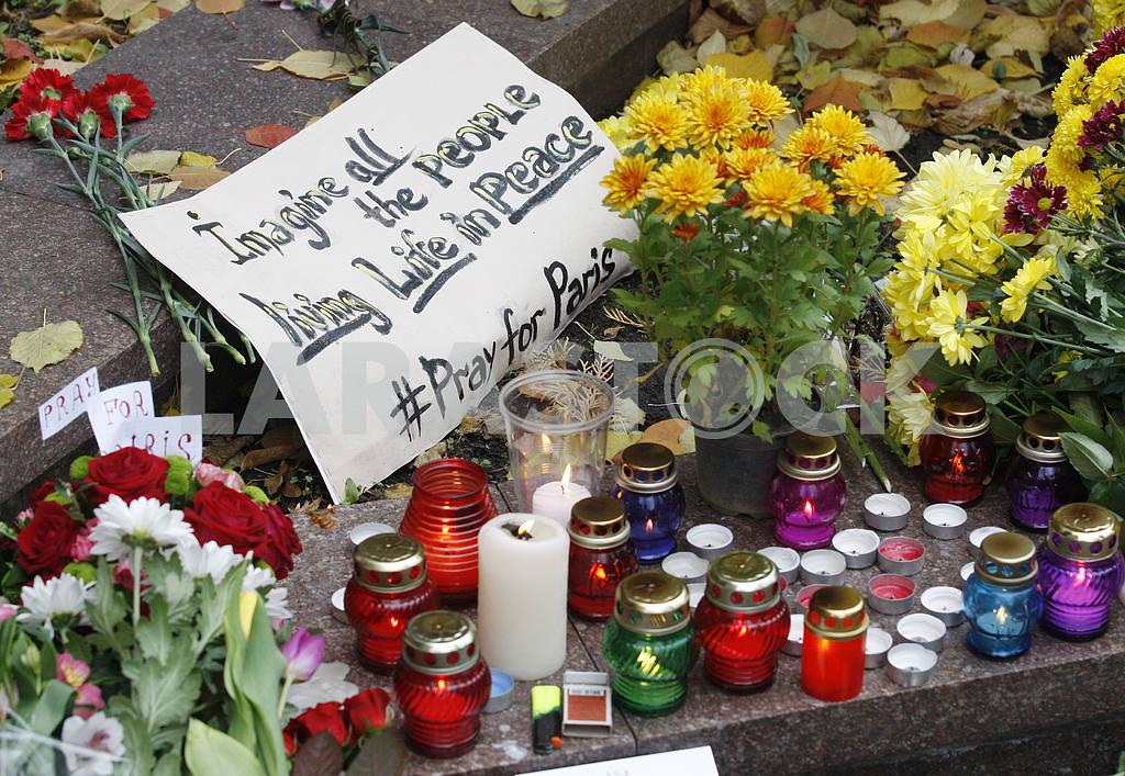 Киевляне возлагают цветы  к посольству Франции  в память о жертвах терактов в Париже — Изображение 20802
