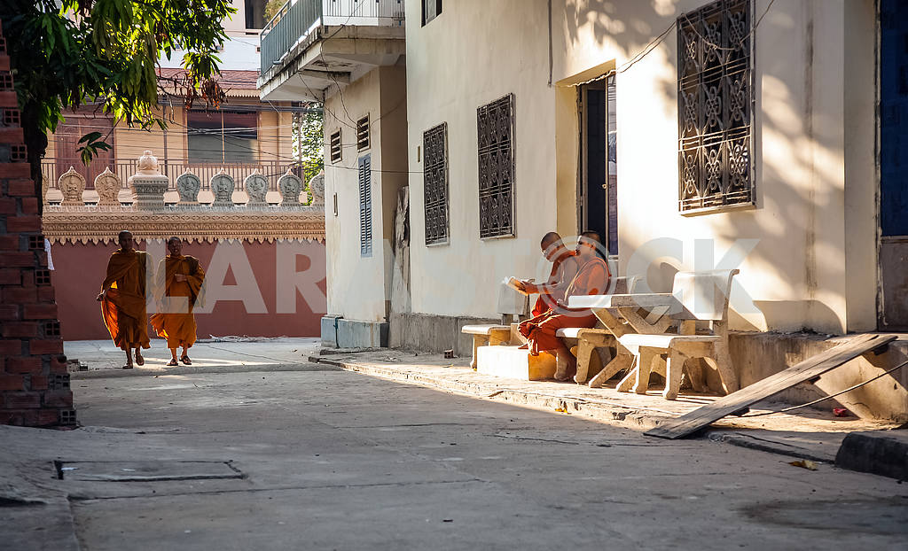 Street Buddhist monks — Image 21319
