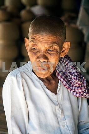 Бабушка с морщинами на лице