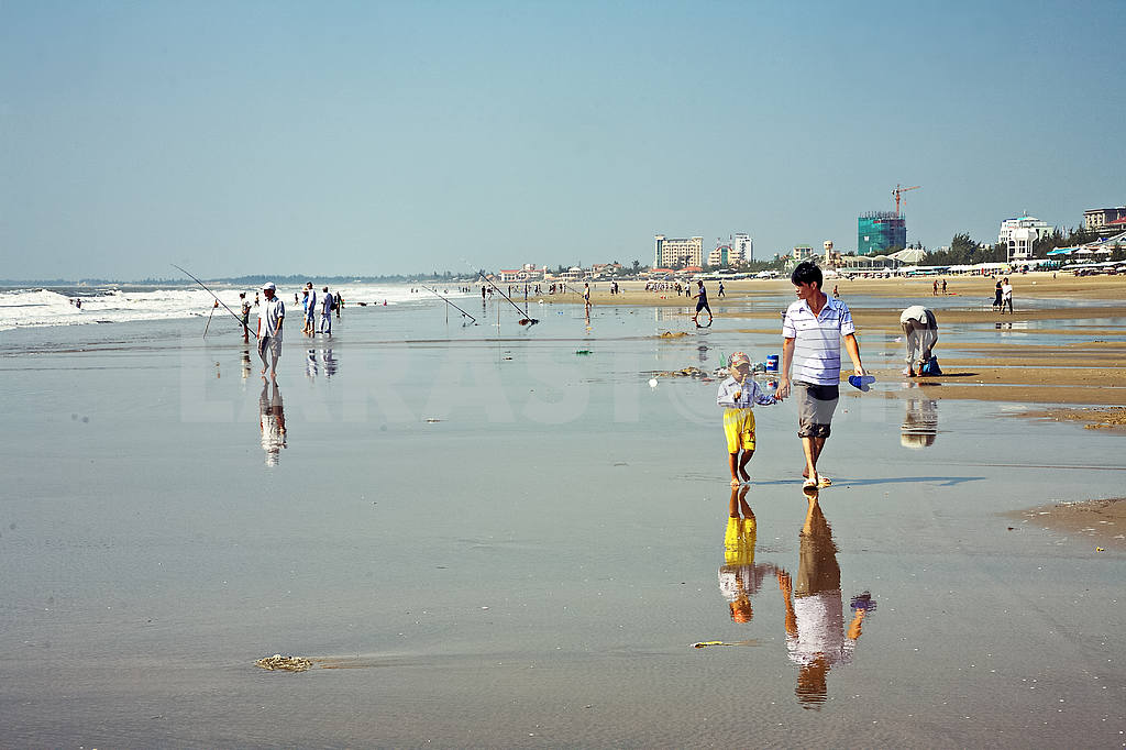 Dad with a child walks along the beach — Image 21363