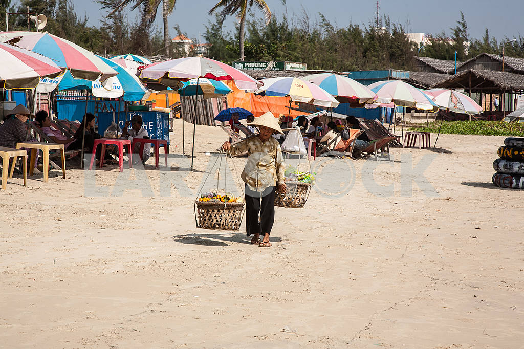 Grandmother with baskets — Image 21427