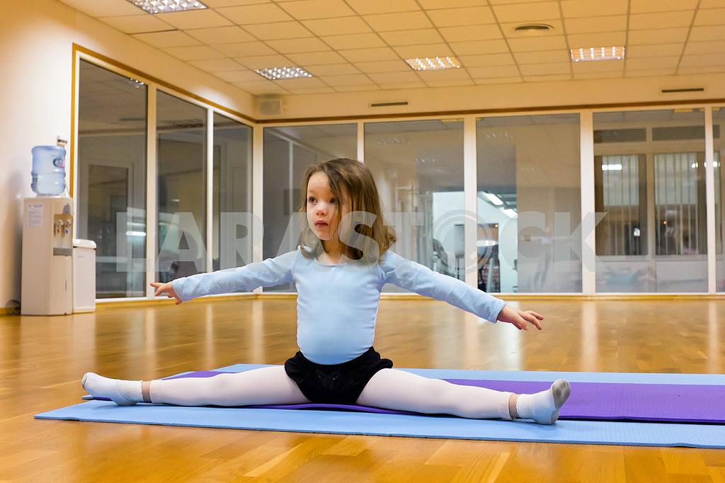 Child doing gymnastics — Image 2145
