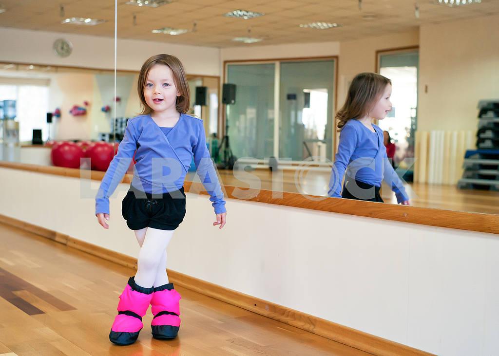 Ребенок делает гимнастика — Изображение 2151