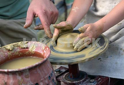 Руки , работающих на гончарном круге