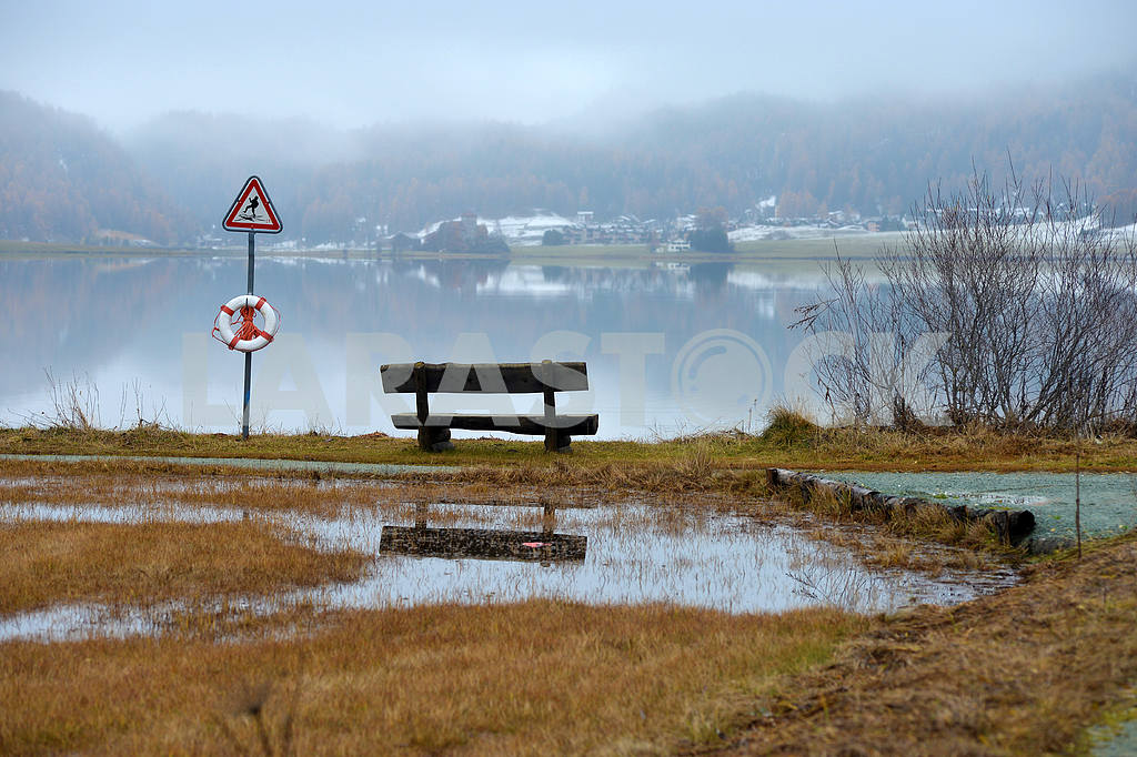Bench by the lake — Image 21661