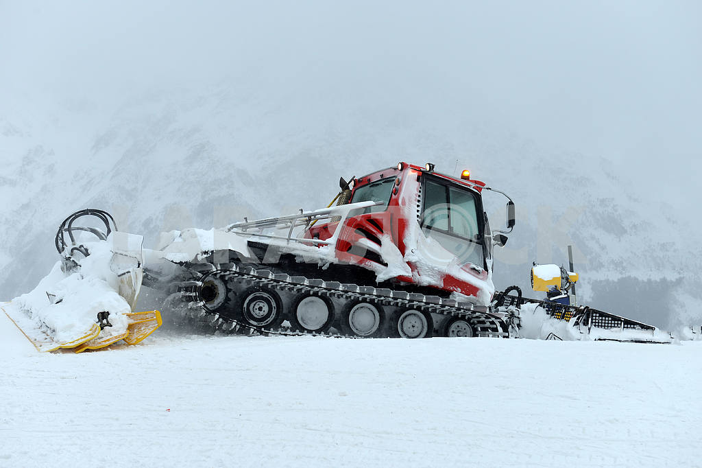 Snowcat, machine for snow removal — Image 21672