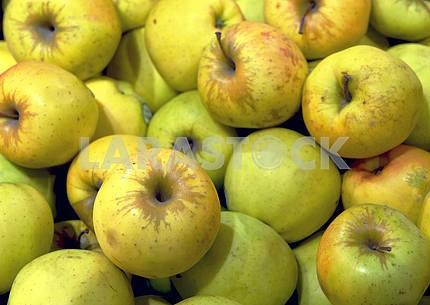 Яблоки на дисплее в супермаркете