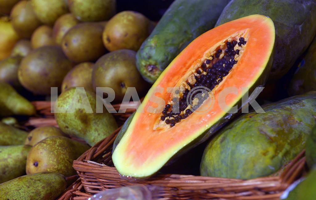 Papaya on display in a supermarket — Image 21712