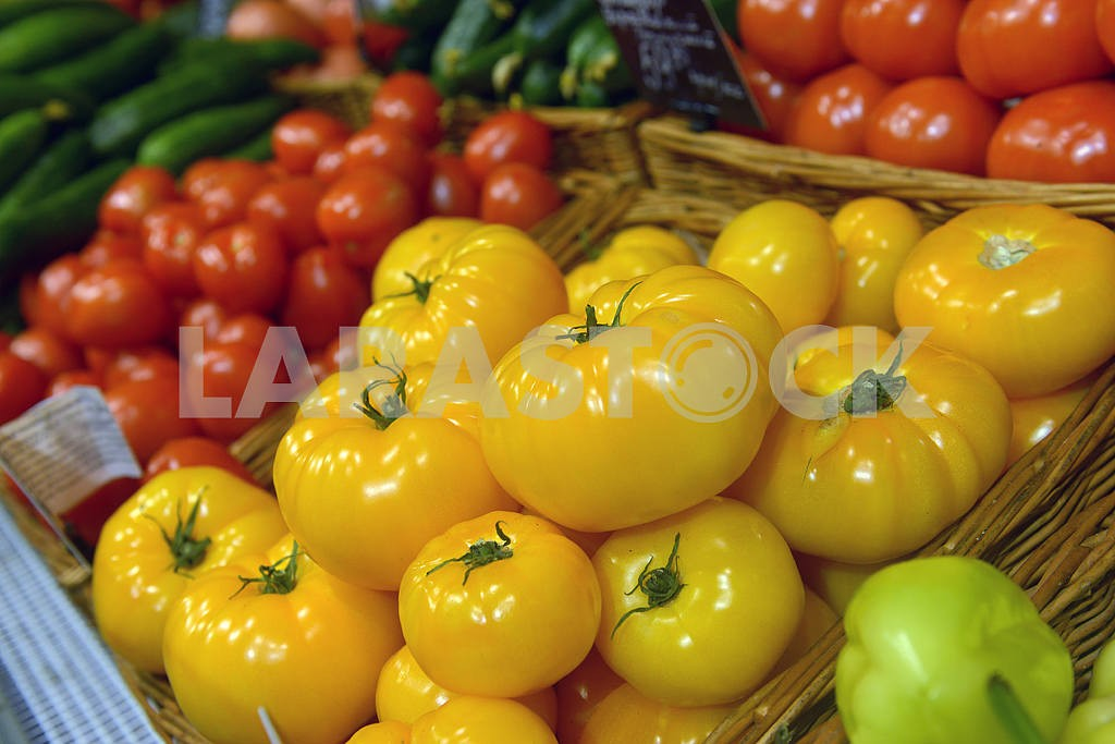 Yellow and red tomatoes on display — Image 21717