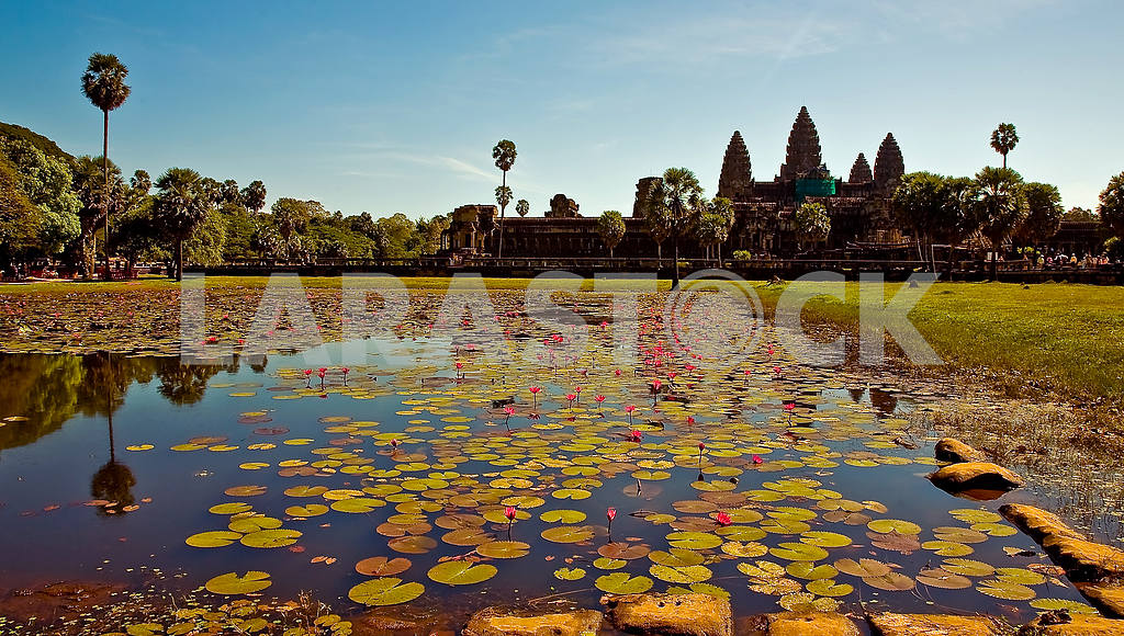 Angkor, the lake and the central temple — Image 21919