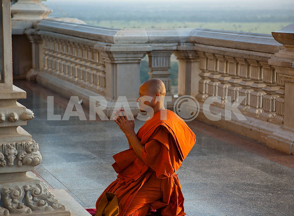 The monk kneeling at church — Image 21949